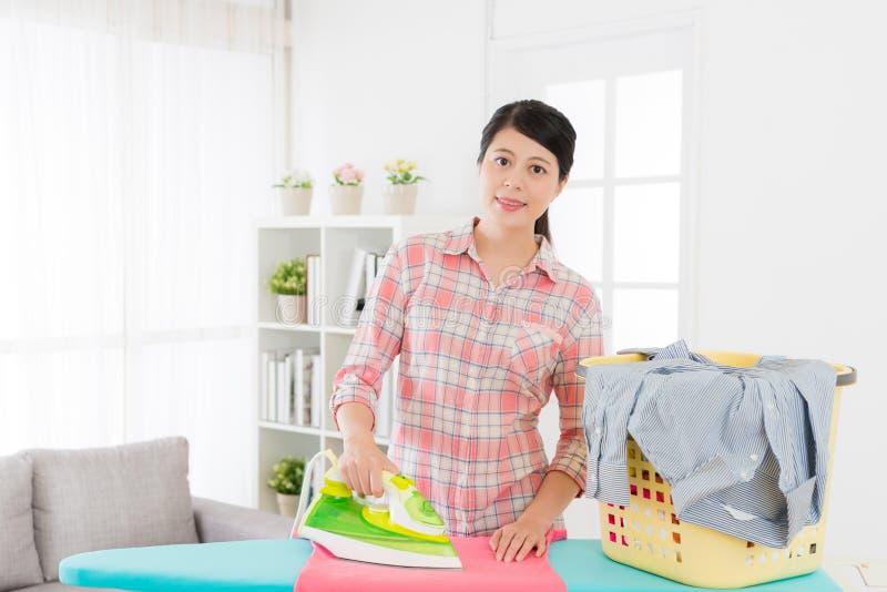 愉快的主妇排序家庭干净的衣物 库存照片