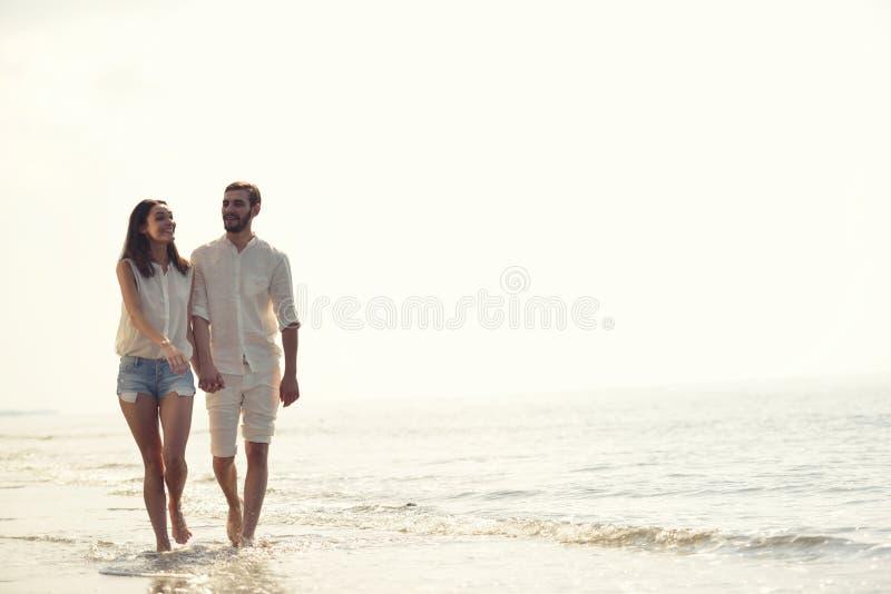 愉快的乐趣海滩假期结合走一起笑获得在旅行目的地的乐趣 免版税库存照片