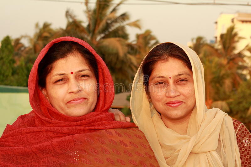愉快的二个村庄妇女 免版税库存图片