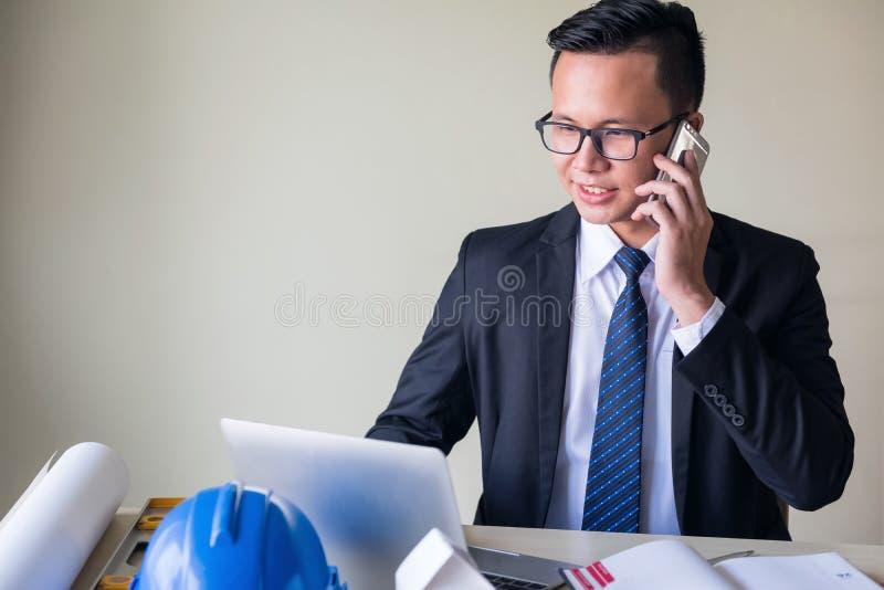 愉快的亚洲商人在办公室 库存图片