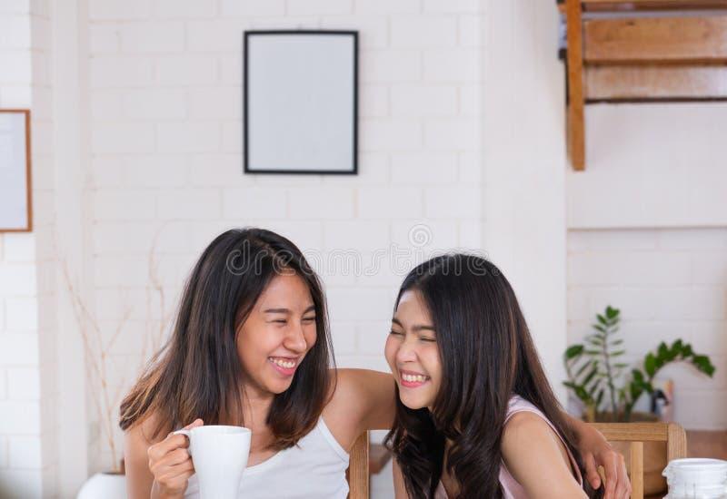 愉快的亚洲女同性恋的妇女夫妇吃早餐在房子在与爱和招标的早晨 LGBTQ生活方式概念 免版税库存照片