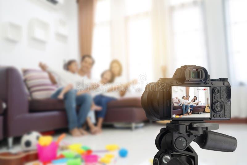 愉快的亚洲家庭在客厅在家,当录音做录影 库存照片