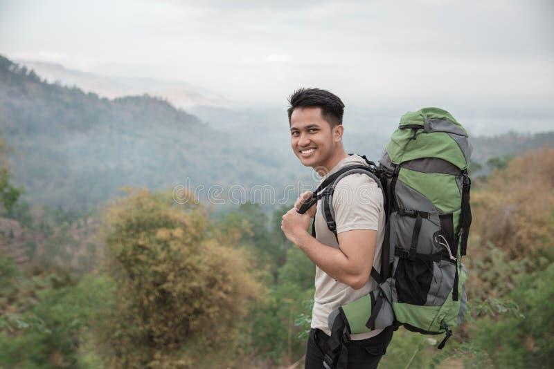 愉快的亚裔远足者 免版税图库摄影