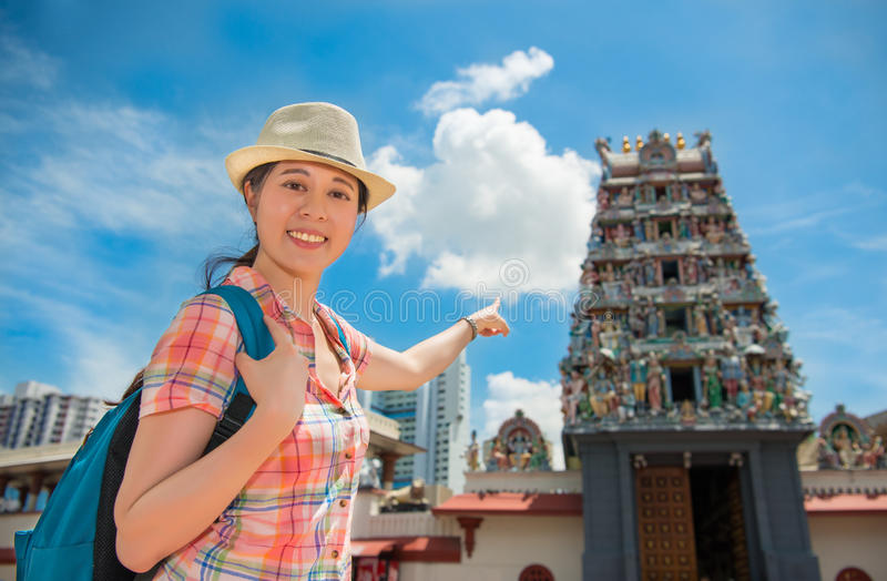 愉快的亚洲妇女旅行在新加坡, Sri Mariamman寺庙 免版税库存照片