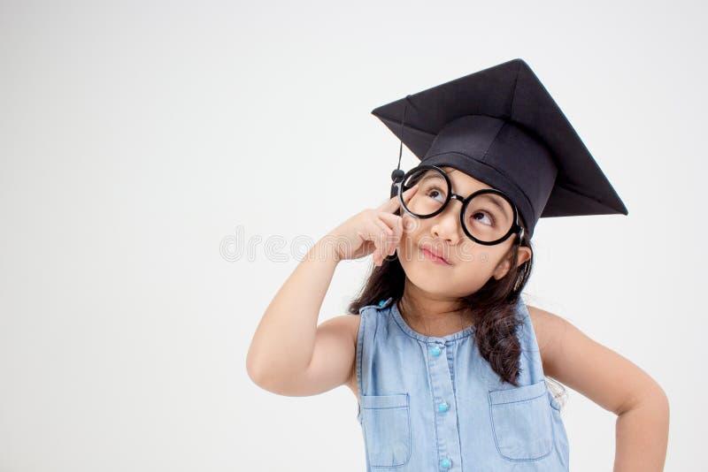愉快的亚洲学校孩子毕业生认为 免版税库存图片