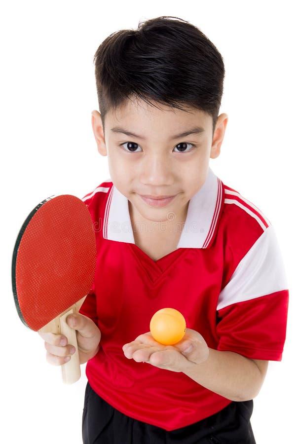 愉快的亚洲男孩戏剧乒乓球画象  库存图片