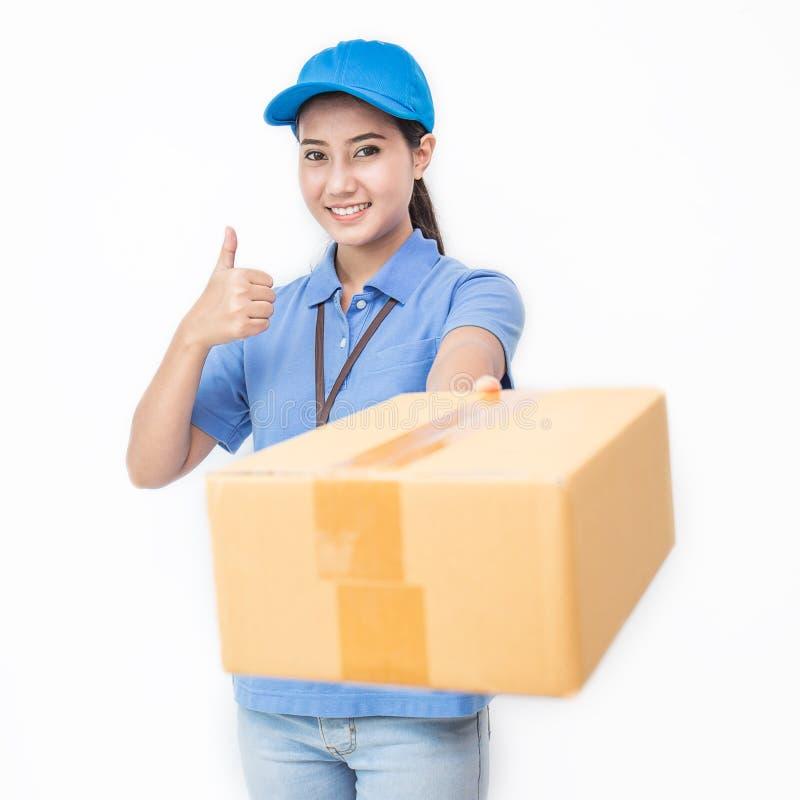 愉快的交付亚裔妇女画象她的拿着纸板箱的手 免版税图库摄影
