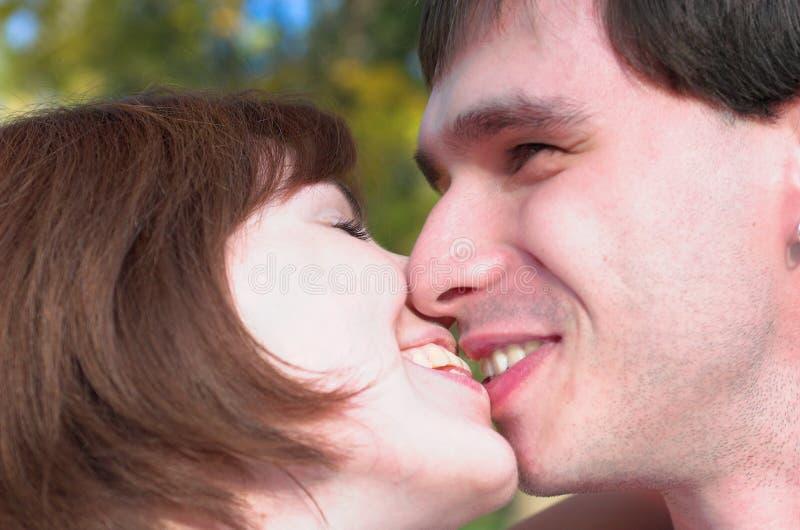 愉快的亲吻的夫妇在autunm森林里 库存图片