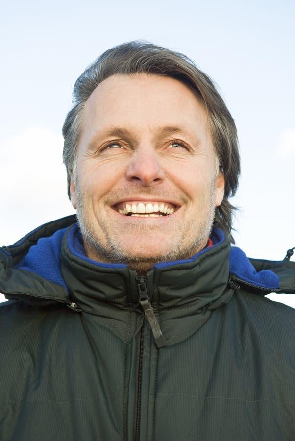愉快的人室外微笑 免版税图库摄影