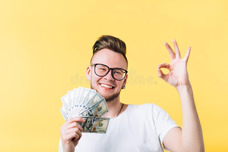 愉快的人现金束好标志付款 免版税库存图片