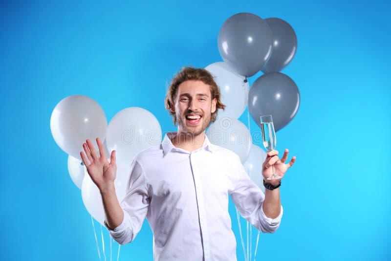 愉快的人画象用在玻璃和党气球的香槟 库存图片