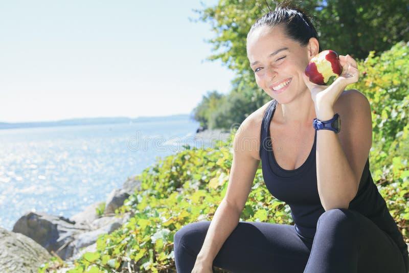 愉快的体育妇女用苹果 库存图片