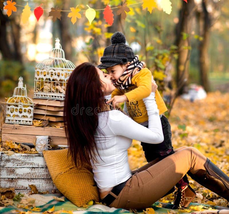 愉快的使用在公园的母亲和她的小儿子 库存照片