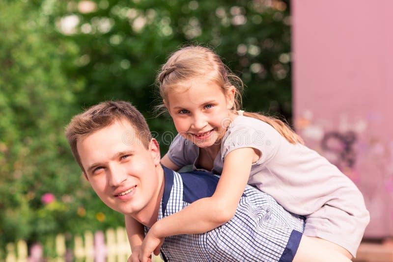 愉快的使用在公园的父亲和女儿 免版税库存图片