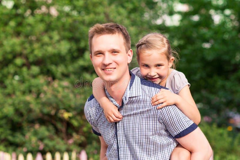 愉快的使用在公园的父亲和女儿 库存图片