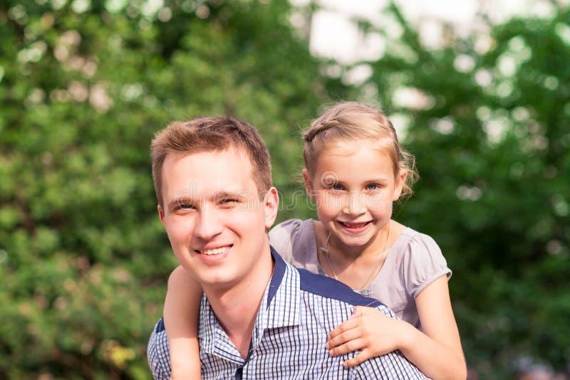 愉快的使用在公园的父亲和女儿 免版税图库摄影