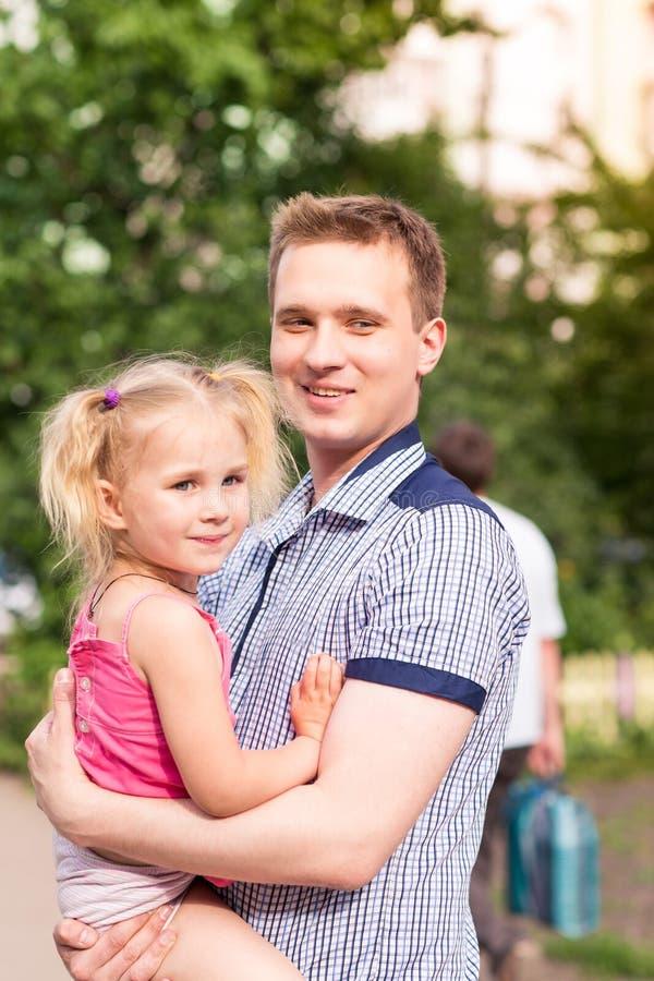 愉快的使用在公园的父亲和女儿 库存照片