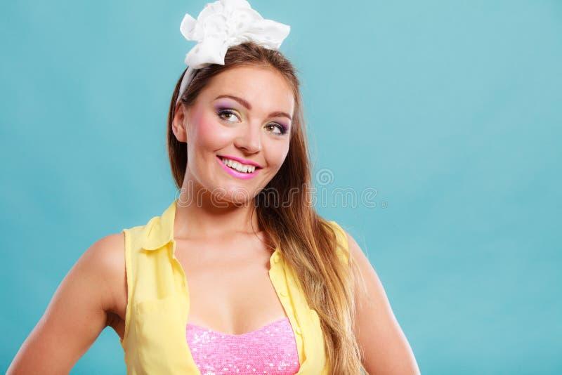 愉快的俏丽的别针画象女孩的有弓的 免版税库存照片