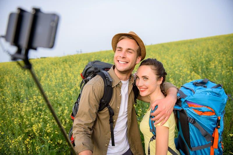 愉快的做selfie本质上的男人和妇女 免版税库存照片