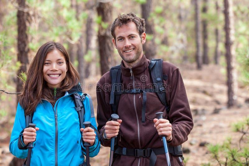 愉快的健康夫妇徒步旅行者 免版税库存照片