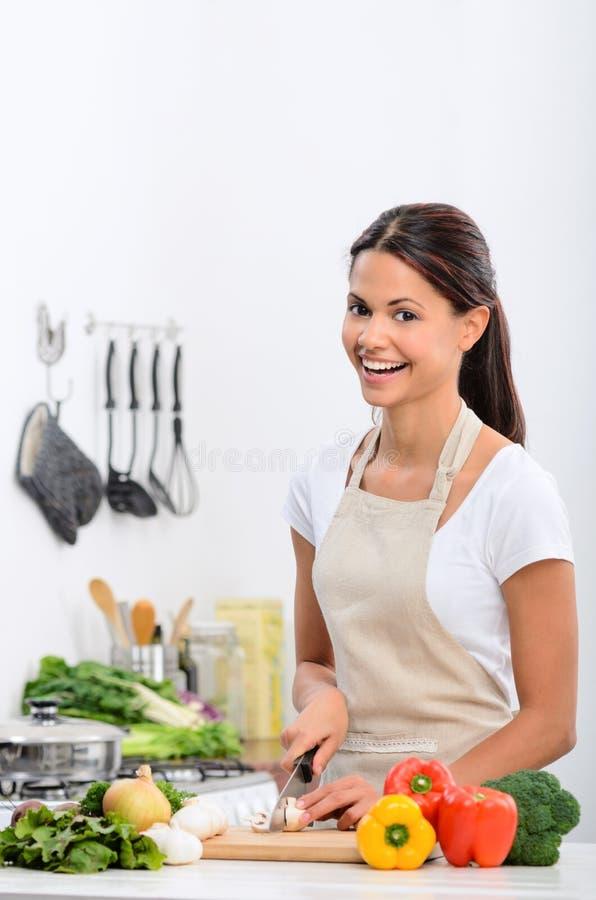 愉快的健康生存生活方式在厨房里 免版税库存照片
