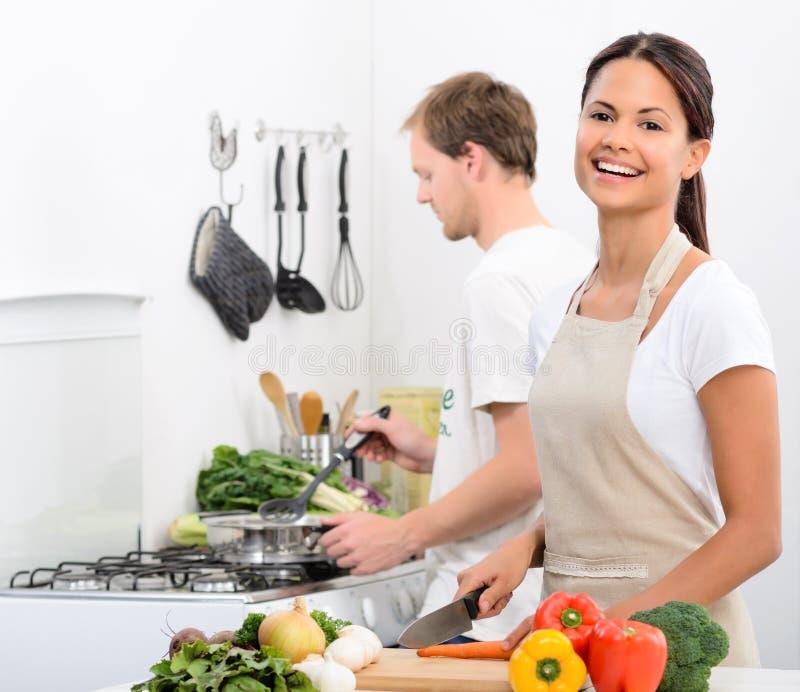 愉快的健康生存生活方式在厨房里 免版税库存图片