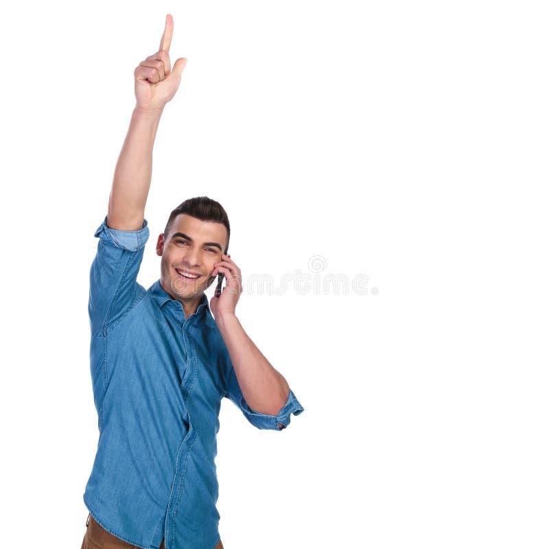 愉快的偶然人发表演讲关于电话和点  库存照片