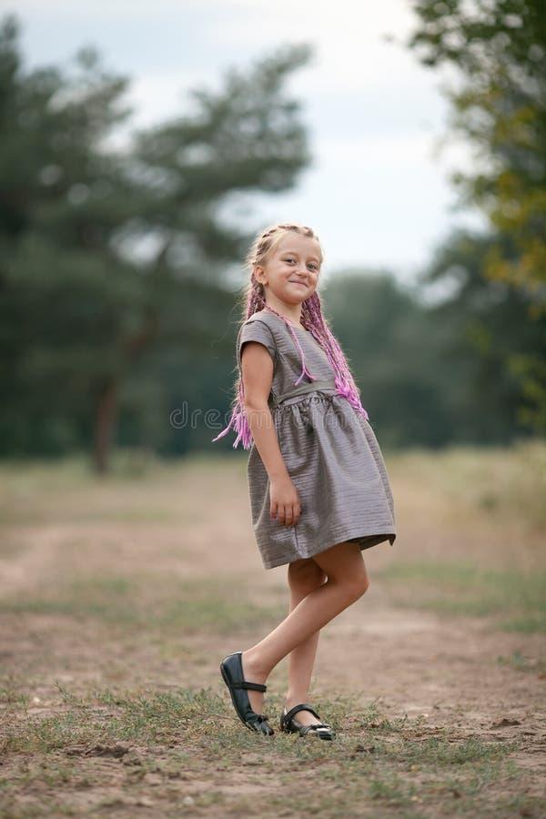 愉快的儿童女孩在步行站立在公园 库存照片