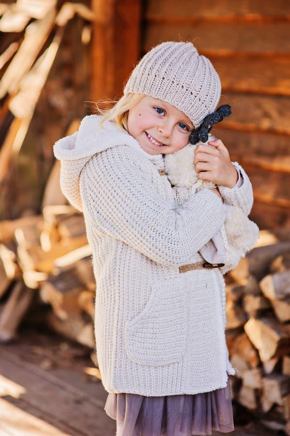 愉快的儿童女孩拥抱她的玩具熊 库存照片