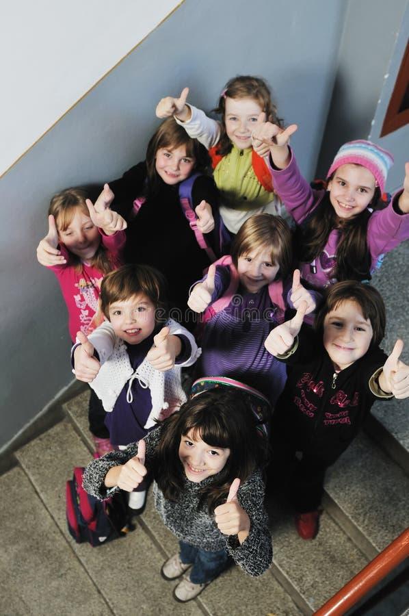 愉快的儿童组在学校 库存照片