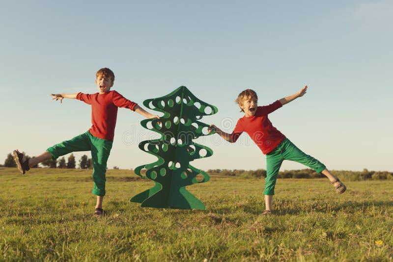 愉快的兄弟使用与纸树 库存图片