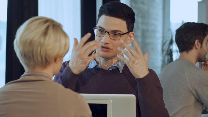 愉快的创造性的在会议的队谈的咖啡馆画象  免版税图库摄影