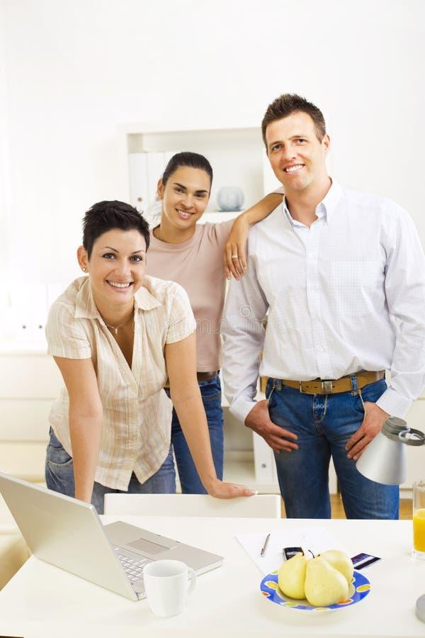 愉快的办公室小组工作者 免版税库存照片