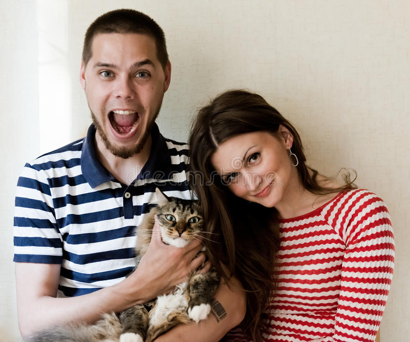 愉快的加上在家他们的猫 免版税库存图片