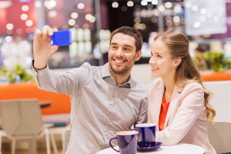 愉快的加上采取在购物中心的智能手机selfie 库存照片