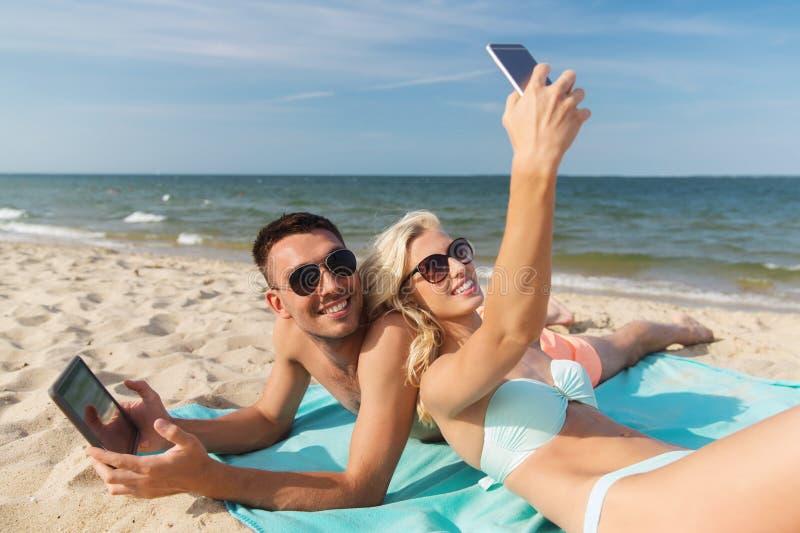 愉快的加上说谎在海滩的现代小配件 免版税库存照片