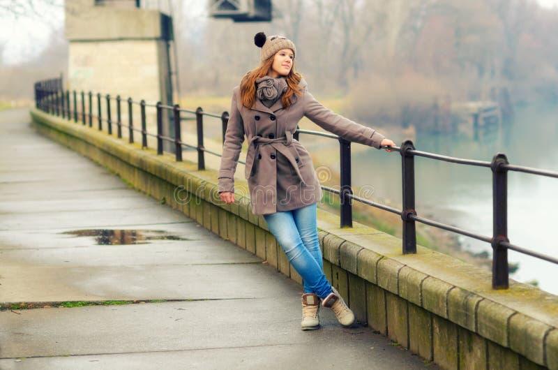 愉快的十几岁的女孩在冷的冬日 免版税库存图片