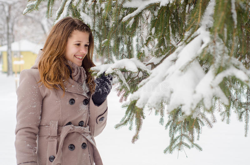 愉快的十几岁的女孩在多雪的公园 库存图片