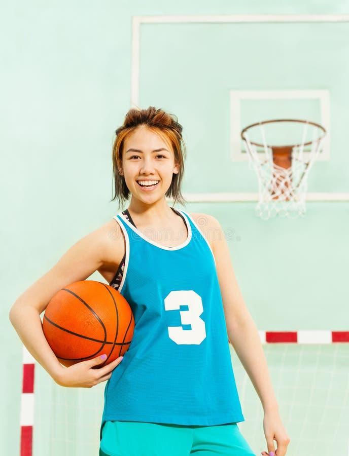 愉快的十几岁的女孩,蓝球运动员画象  免版税库存照片