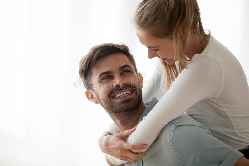 愉快的千福年的妻子肩扛微笑的丈夫获得乐趣在ho 库存图片