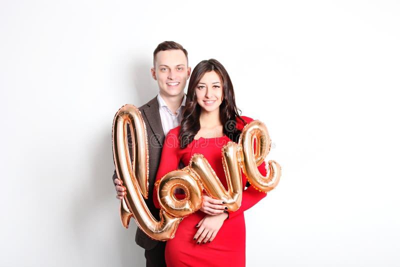愉快的华伦泰` s天照片写真 在宽微笑的爱的夫妇,显示喜爱,老练公务便装样式 第14 febr 免版税库存图片