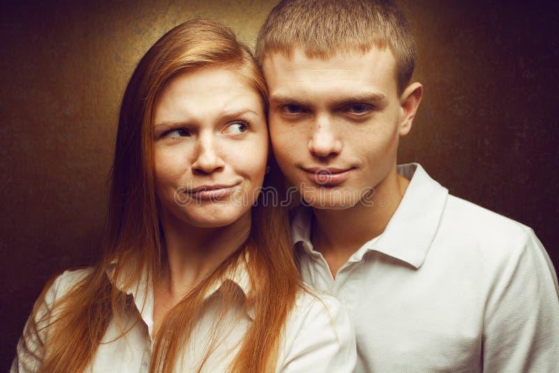 愉快的华美的红发时尚感情画象孪生 库存图片