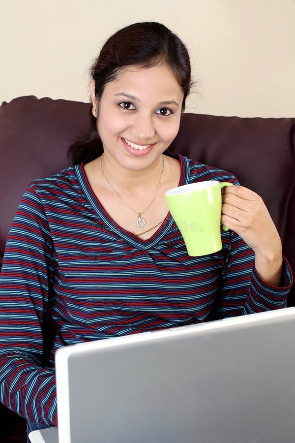 愉快的印地安妇女饮用的咖啡 免版税库存照片