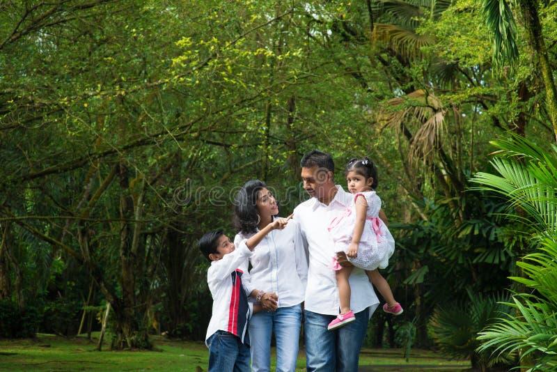 愉快的印地安家庭室外周末 图库摄影