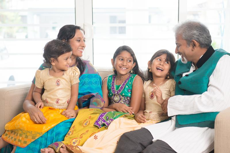 愉快的印地安家庭户内画象 免版税库存图片