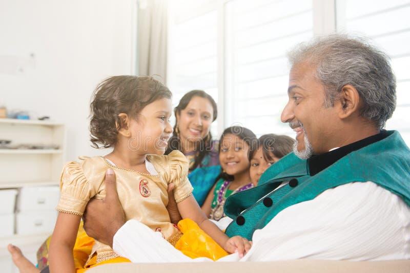 愉快的印地安家庭画象 库存照片