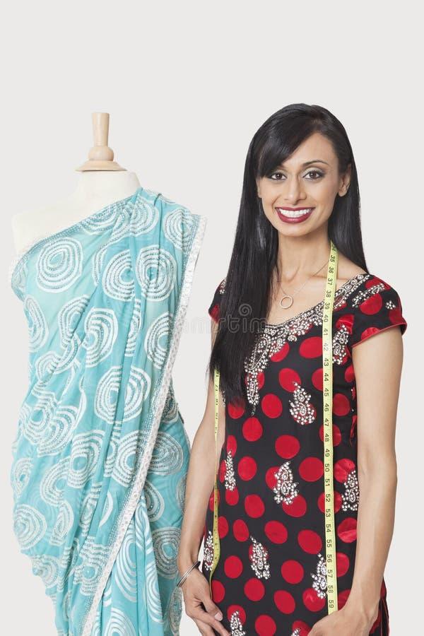 愉快的印地安母时装设计师支持的钝汉画象在莎丽服装饰了 免版税图库摄影