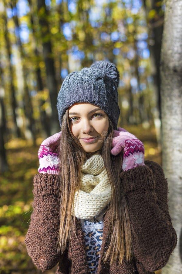 愉快的可爱的十几岁的女孩画象在森林里, 免版税库存图片