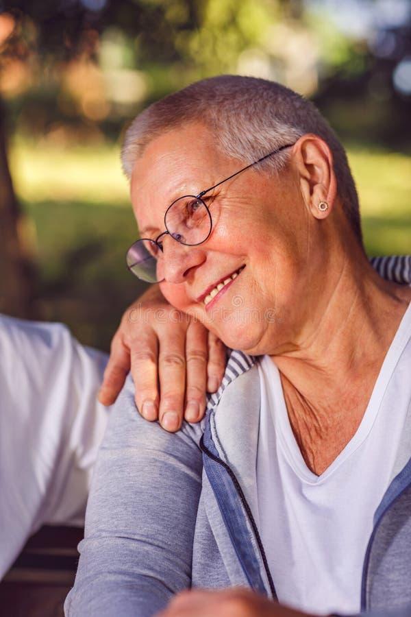 愉快的可爱的年长妇女画象  免版税图库摄影