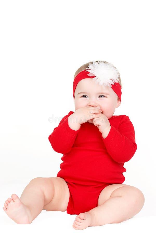 愉快的可爱的婴儿儿童女婴林红色的画象愉快微笑坐白色背景 免版税库存图片
